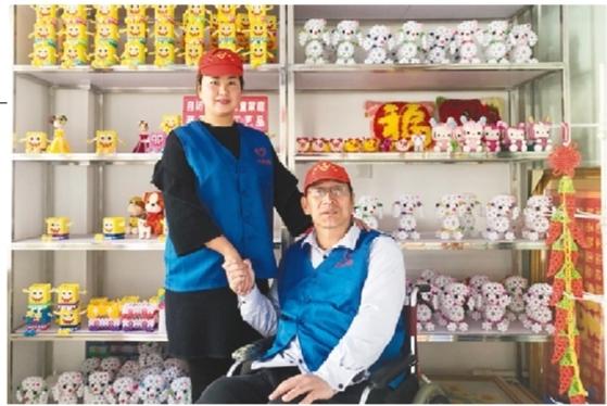 为了帮助自闭症儿童家庭,韩伟筹划了自闭症儿童家庭手工编织工艺品公益项目。 本报记者 王荣琦 文并摄 核心提示 22年前,因车祸高位截瘫的韩伟发起成立了民间志愿者团体大连市心连心志愿者服务中心,全身心地投入志愿者事业中。2000年,他与陶陆偶然相识,陶陆被韩伟坚持公益的善举深深打动,两人经过8年恋爱,终于走进婚姻殿堂。